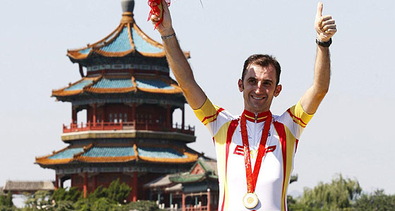 El ciclista Javier Otxoa celebrando su oro. (Foto: EFE)