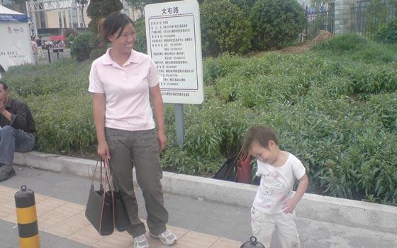 Una vendedora de bolsos de imitación ofrece su mercancía a los transeúntes.. (Foto: M. Arroyo).