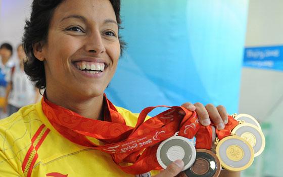 Teresa Perales muestra las cinco medallas conseguidas en Pekín. (Foto: J. Regueros).