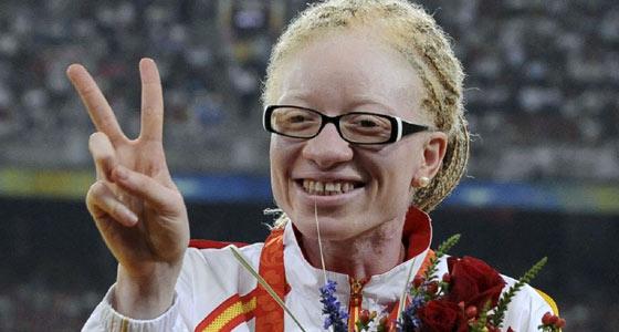 Eva Ngui posa con la medalla de bronce. (Foto: J. Regueros).
