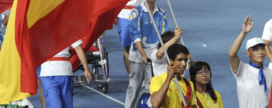 El nadador invidente Enhamed Enhamed, ganador de cuatro oros, porta la bandera española en la ceremonia de clausura. (Foto: EFE).
