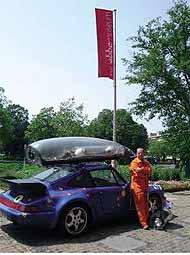 Miguel Palma junto a su Porsche tuneado