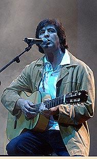 Manolo Tena en una actuación en 2002. (Foto: Paco Toledo).