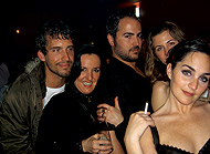 """""""Chez"""" Yurena. A la izda., el diseñador José Ramón Rocabert (de negro) y sus amigos celebrando la apertura de «Glam Street»."""