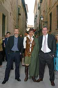 El alcalde de Madrid y Arturo Pérez Reverte, con el Capitán Alatriste (Foto: EFE)