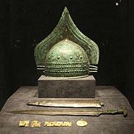 Un casco, espada y joyas de los etruscos. (Foto: EFE).