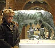 Esperanza Aguirre durante la presentación de la exposición, junto a la 'Loba Capitolina'. (Foto:EFE)