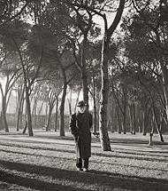Pío Baroja paseando por El Retiro, de Nicolás Muller. (Archivo Muller)