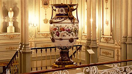 Escalinata del museo, con un jarrón de Sèvres regalo de Napoleón III a Isabel II. MNAD