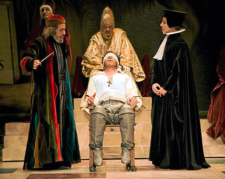 Shylock (Fernando Conde), a punto de cobrar la deuda de Antonio (Juan Gea).