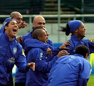 Los jugadores brasileños, durante un entrenamiento. (Foto: EFE)
