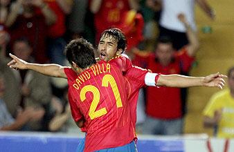 Raúl y Villa celebran el primer tanto. (Foto: REUTERS)