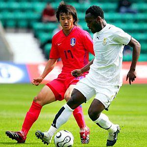 Ho Lee (i) presiona al ghanés Mickael Essien. (Foto: AFP)