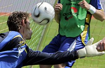 Momento del balonazo sufrido por Isaksson. (Foto: AFP)