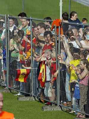El público se agolpa en la valla para ver el entrenamiento. (Foto: EFE)