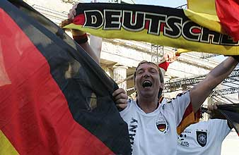 Un aficionado en una fiesta en Múnich. (Foto: AFP)