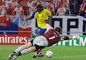 El 'Tin' Delgado empuja a gol el segundo gol de Ecuador. (Foto: AFP)