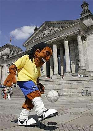 Un aficionado polaco, vestido de Ronaldinho, juega con el balón frente al parlamento alemán. (Foto: AP)