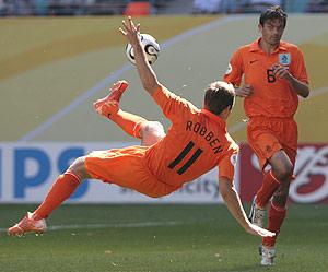 Robben intenta un remate en una acrobática postura. (Foto: REUTERS)