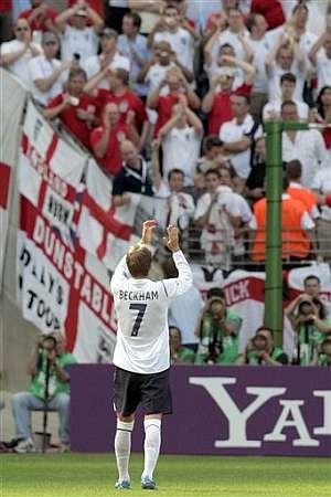 Beckham aplaude a los aficionados ingleses tras la victoria ante Paraguay. (Foto: AP)
