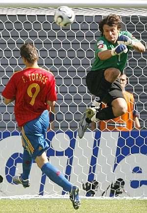 Fernando Torres encara al portero Shovkovsky. (Foto: EFE)