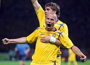 Ljungberg festaja con Elmander el gol de la victoria. (Foto: AFP)