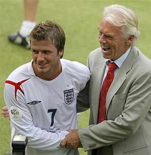Leo Beenhakker se saluda con David Beckham. (Foto: AP)