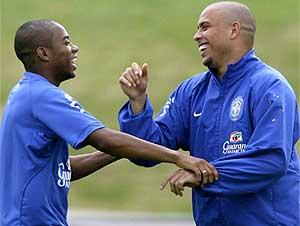 Robinho bormea con Ronaldo durante un entrenamiento. (EFE)