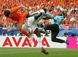 Van Nistelrooy (i) salta para rematar un centro, ante la oposición de Toure (c) y Tizie (d). (Foto:AFP)