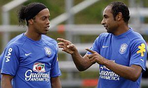 Emerson explica una jugada a Ronaldinho. (Foto: AFP)