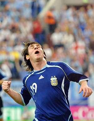 Leo Messi celebró su gol por todo lo alto. (Foto: AFP)