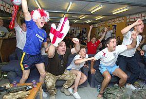 Aficionados ingleses celebran un gol ante Trinidad. (Foto: AFP)