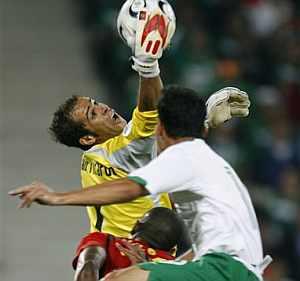 Joao Ricardo atrapa con el balón a una mano. (Foto: AP)