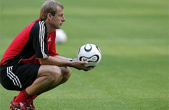 Klinsmann observa a sus pupilos durante un entrenamiento. (AFP)