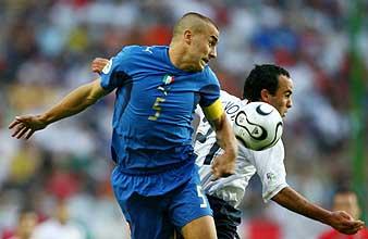 Cannavaro y Donovan luchan por el balón. (Foto: REUTERS)