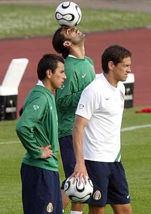 Rafael Márquez, junto a Guille Franco y Méndez. (Foto: EFE)