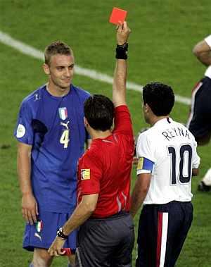 De Rossi, en el momento de ser expulsado. (Foto: AP)