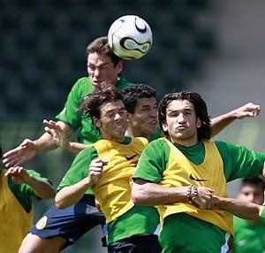 Franco salta a por un balón durante un entrenamiento con México. (Foto: REUTERS)