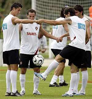 De izquierda a derecha, Ronaldo, Petit, Valente y Helder, en el último entrenamiento de Portugal. (Foto: AP)