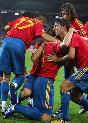 Celebración por todo lo alto en el primer gol de Torres. (Foto: AFP)