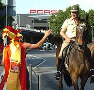 Un policía alemán conversa con un aficionado español. (Foto: EFE)