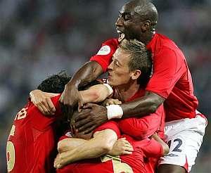 Así celebraron los ingleses el tanto de Gerrard. (Foto: AP)