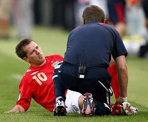 Michael Owen, tras sufrir la lesión. (Foto: EFE)