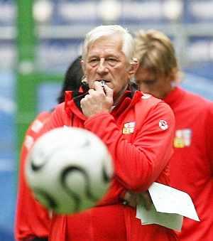 Karel Brückner, en una sesión de entrenamiento. (Foto: EFE)