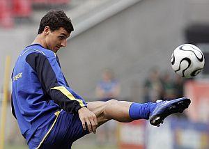 Ibrahimovic juega con el balón durante un entrenamiento. (Foto: AFP)
