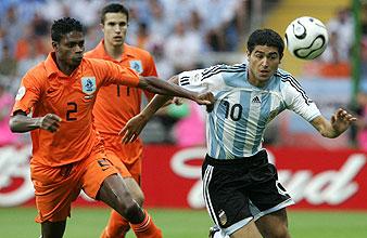 Jaliens y Riquelme pugnan por un balón. (Foto: AP)