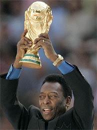 Pelé sujeta la Copa del Mundo el día de la inauguración. (AP)