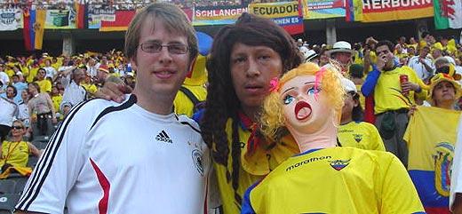 Con la afición rival de aquella tarde y mi muñeca, cómo no. (Foto: Geovanni Chabla)
