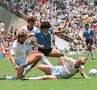 Maradona, en aquel memorable partido. (Foto: AFP)