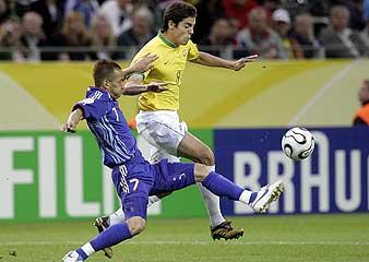 Kaká intenta llevarse el balón ante Nakata. (Foto: EFE)